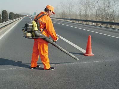 路面灌缝胶施工开槽后吹扫
