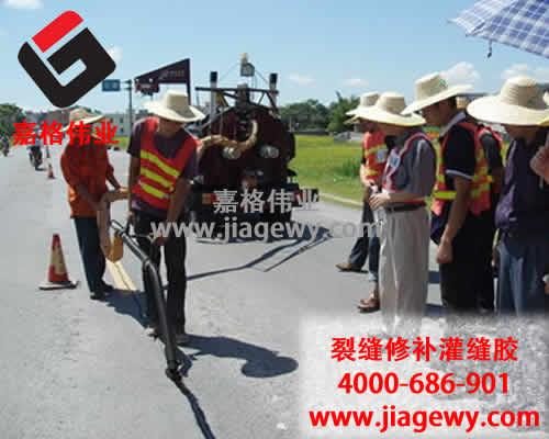 领导高温下慰问一线公路灌缝胶养路工