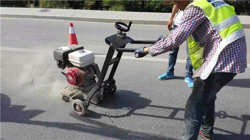 道路灌缝胶施工开槽