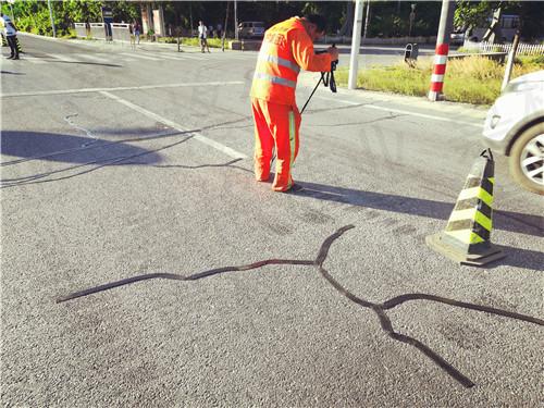 西藏迎来新的道路养护材料嘉格道路贴缝带