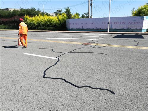 山东道路养护现场使用施工效率高的嘉格公路贴缝带修补道路裂缝