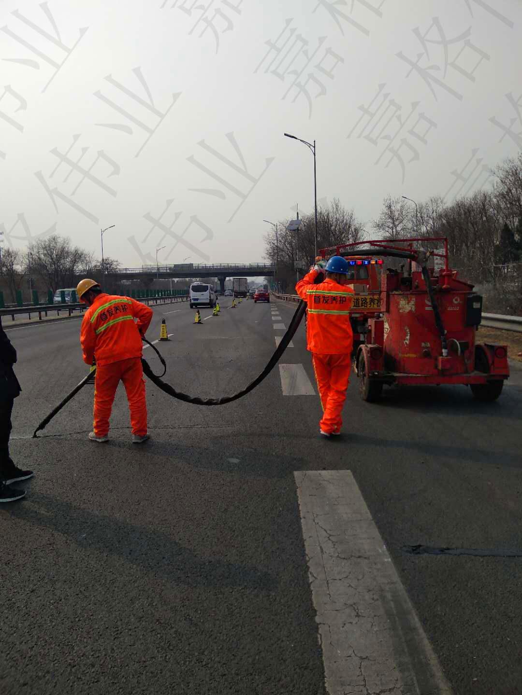北京市城市道路裂缝灌缝施工,嘉格道路灌缝胶显身影