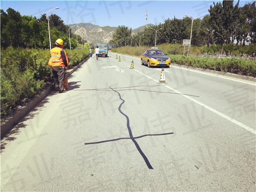 嘉格公路贴缝带让道路养护不再苦、脏、累