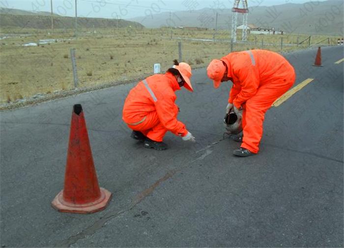 公路裂缝修补用的防水油膏和灌缝沥青区别在哪里?