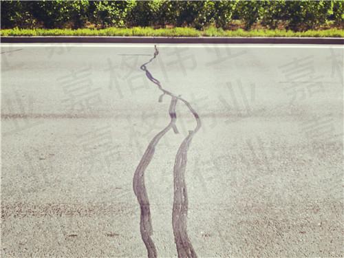 公路路面裂缝中灌缝放的黑色的液体是沥青吗?