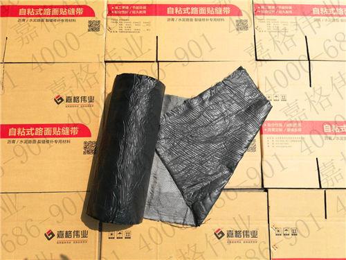 湖北省武汉东西湖水泥路面白改黑中抗裂贴的应用