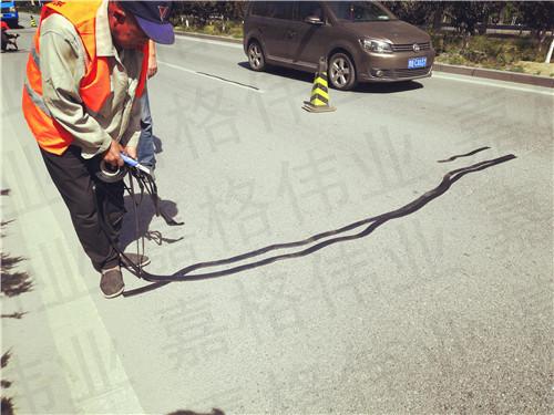 大家选择使用嘉格公路贴缝带粘贴道路裂缝的原因