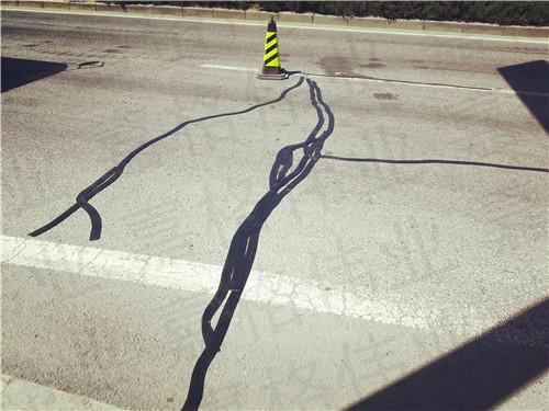 嘉格沥青路面贴缝带在河北施工仅需要一把扫帚一把剪刀