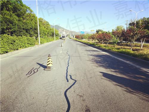 征服隧道路面裂缝他选择用嘉格路面贴缝带