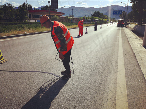 嘉格路面裂缝贴为道路养护提供绿色高效的施工方案