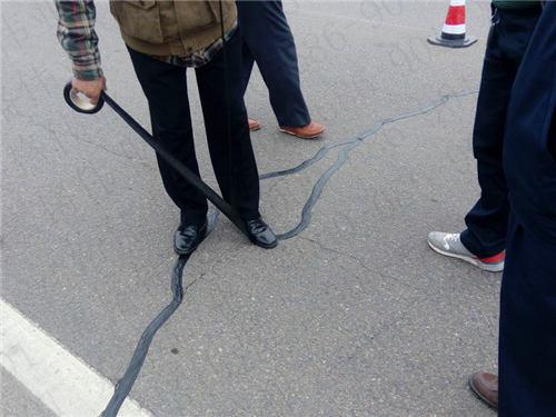 嘉格公路裂缝贴缝带高效的施工效率