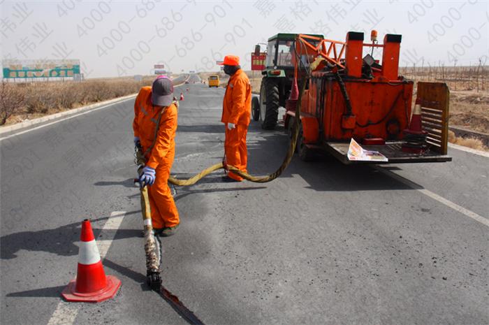 道路裂缝灌注选择沥青好还是道路灌缝胶好