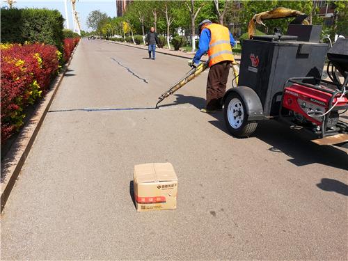 道路出现裂缝,公路灌缝胶是怎么和工人一起完成修补的呢?