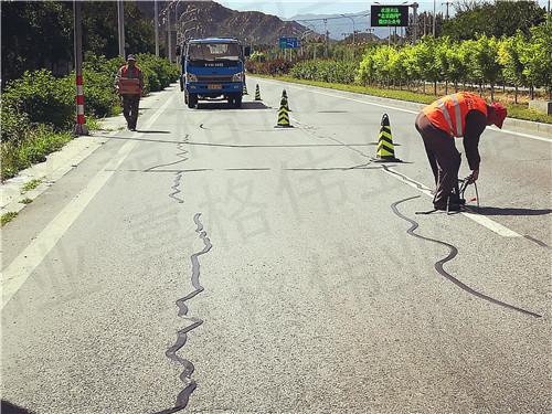 道路路面贴缝带,一种比灌缝材料综合成本更低的裂缝修补材料