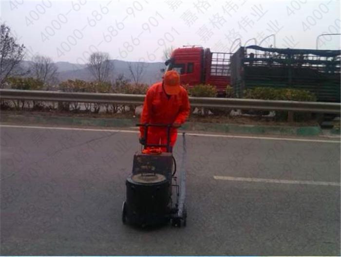 采用路面灌缝胶进行路面裂缝灌缝能每米单价是多少?