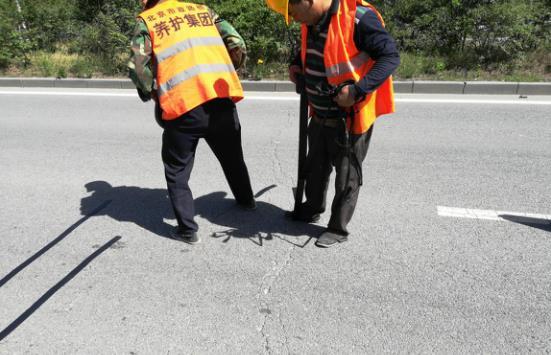 北京市昌平采用嘉格公路贴缝带修补路面裂缝近十公里