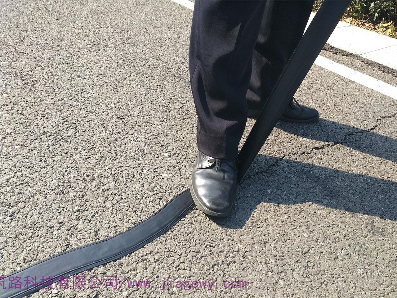 路面贴缝带是什么样的材料