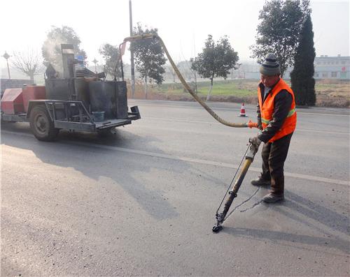 针对道路路面裂缝,应采取什么样的嘉格灌缝胶进行灌缝处理呢?