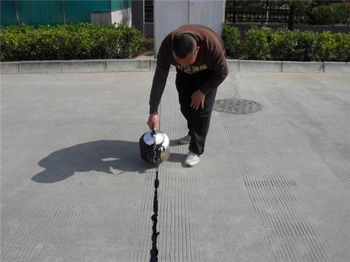 相比传统材料路面灌缝胶的特点有哪些