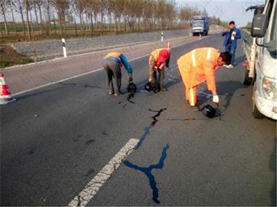 冬天使用沥青路面灌封胶后还会出现开裂和脱落原因简单介绍